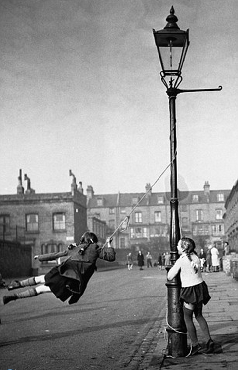 London children improvise a rope swing