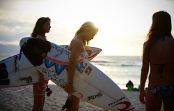findmewithmysmile:  surfer girls.
