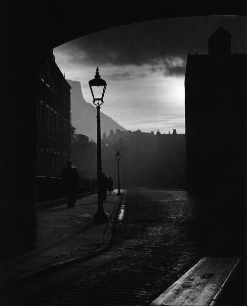 Bill Brandt, A street in Edinburgh, Scotland, 1942