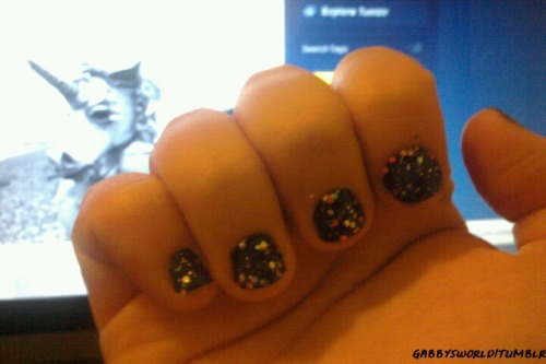 Base: Ballet Blue by H&M Divided Glitter: Nail Art Special Effect! Tropper : 02- Circus Confetti by Essence