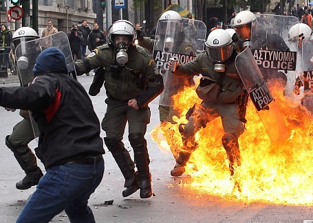 politics-war:  The police are trying the situation in Athens to get a grip, but the protesters proceed with full force against the officers.