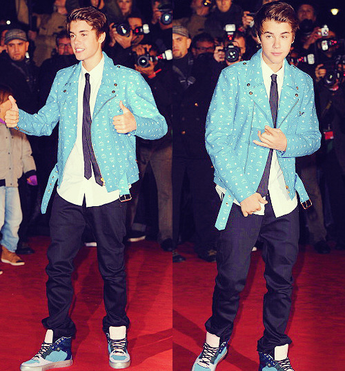 Omg,Justin at the NRJ AWARDS. he's hot.