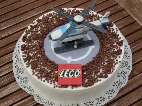 ibrick:  Cake shaped as a round helipad with Lego helicopter on top. Little kids would love this! (via Lego helicopter cake)