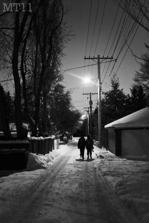 December 22, 2010Winnipeg, MB Sister and Mom walking down a neighbourhood back alley in Winnipeg's Wildwood neighbourhood. 2011 Matthew Trevithick Photography