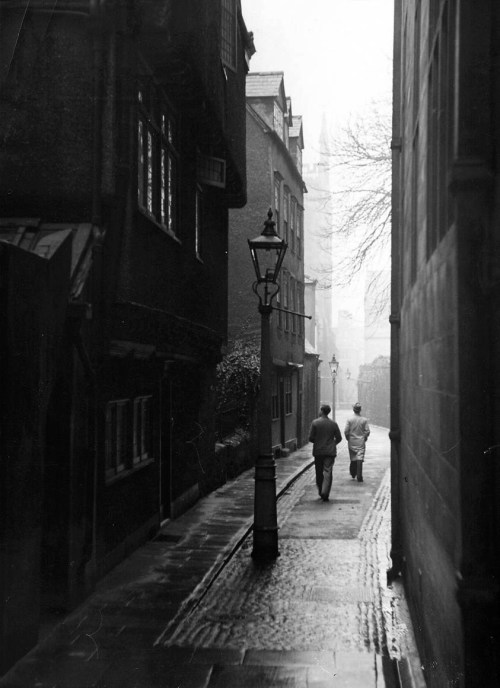 William Vandivert, Students walking along Magpie Lane at Oxford University, Oxford, England, 1939.