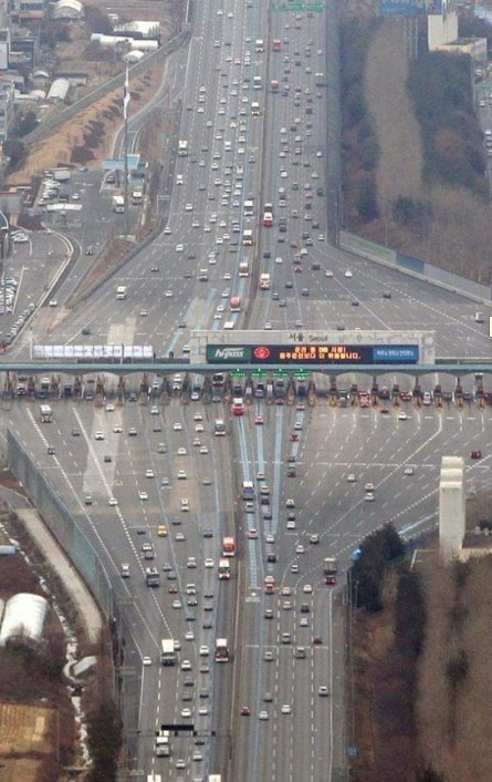 Optical Illusions An aerial photo of a toll booth on a flat highway creates an amazing bending effect.
