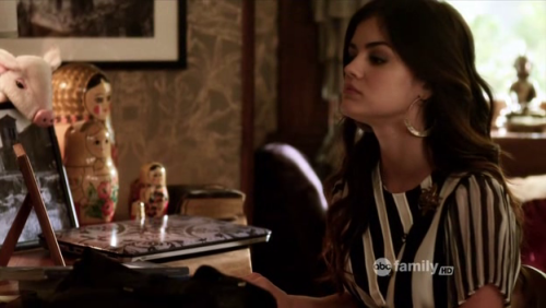 Babushka dolls in Aria Montgomery's bedroom. Pretty Little Liars 5x17 - The Blonde Leading the Blind