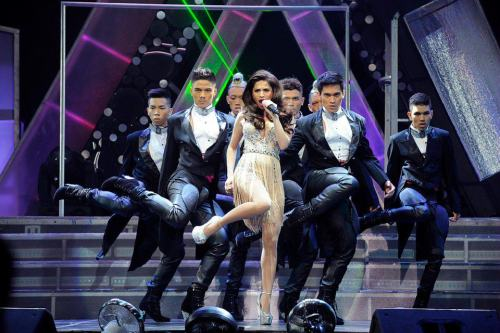 I wish I watched Anne's No  Other Concert. My gehd! Pegaloo lahat ng outfits. Pak na pak! She totally rocked all of them. :)) She wore Michael Cinco for the opening act. I lurrrrveeee!