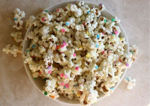 afornoff:  If Linden were a type of popcorn I'm fairly certain this would be it. :) (via White Chocolate Confetti Popcorn | theglitterguide.com)  Well then, I sound fantastic!