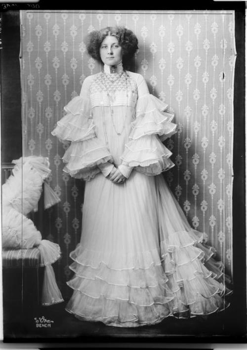 Emilie Flöge! She was a fashion designer, dress reformer, and Klimt's lover and longtime muse. (See here and here.) theyroaredvintage:  Emilie Flöge photographed by Madame d'Ora, 1900s.THAT DRESS.