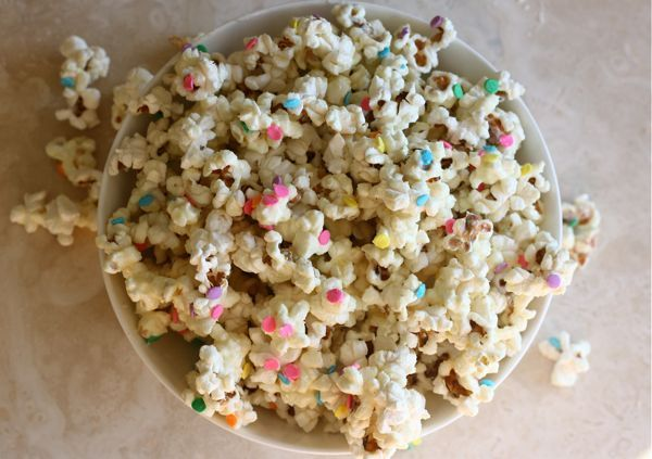 luckymag:  theglitterguide:  (via White Chocolate Confetti Popcorn | theglitterguide.com)  please this is everything we ever wanted oh my god.