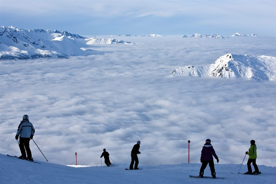 Skiers enjoy the view of a sea of fog on top of the Weisshorn mountain, at an altitude of 2,653 meters in Arosa, Switzerland on Monday. Heavy snow and a severe cold snap have killed at least 36 people across eastern Europe and many areas were under emergency measures, as schools closed down, roads became impassible and power supplies were cut off. [Credit : Alessandro Della Bella / EPA]