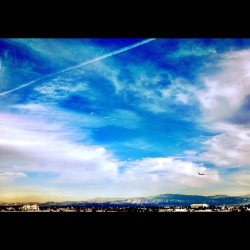 Orange County Plane. #flying #colors #popularpage #iphone4s  #fly  #editoftheday #white #instagramers #instagram #iphonography  #iphone #iphoneonly #instagood #iphone4 #instagramhub #picoftheday #planes #california #plane #sky #color #ig #igers (Taken with instagram)