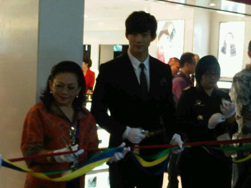 taecyeon *.* @Soekarno hatta in indonesia part2 (CR: @sundaymandarin)