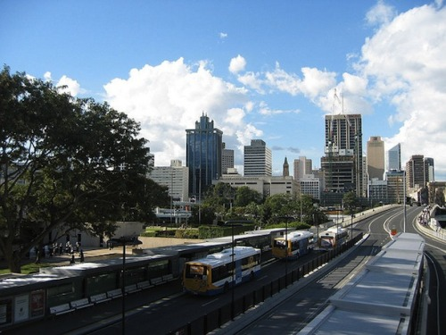 The very first Bus Rapid Transit system was implemented in Brazil, but even the Aussies have got one now. Check out 5 cities with BRT. 全球第一條公車捷運系統在巴西,現在澳洲也不落人後。五座擁有公車捷運系統的城市請見此。
