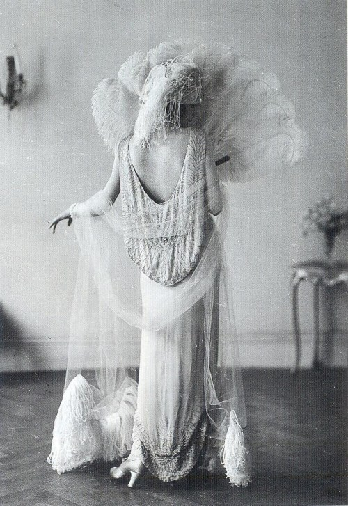 suicideblonde:  Evening gown (1924) by Norman Hartnell