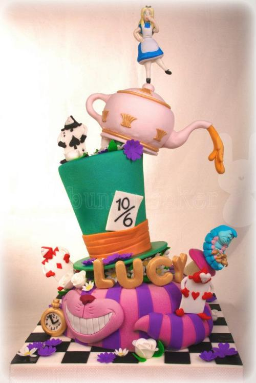 followandreblog:  Alice in Wonderland inspired cake by The Bunny Baker