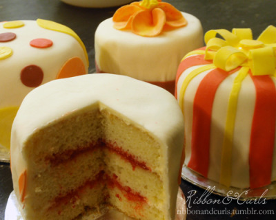 ribbonandcurls:  Weekend project: mini cakes!