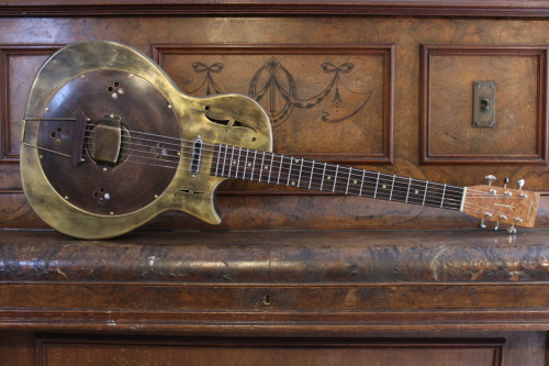 Mattsen Antique Brass Cutaway New Zealand luthier Russ Mattsen specializes in making custom resonator guitars. Among his creation, you'll find this wonderful Mattsen Antique Brass Cutaway. Look closer, you'll notice the fitted single coil.
