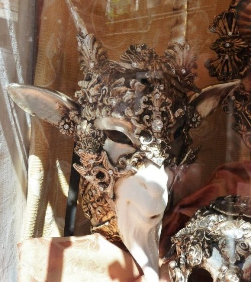 ravenhallow:  sacred-theater:  Venetian goat mask  holy crap  Holy wow…