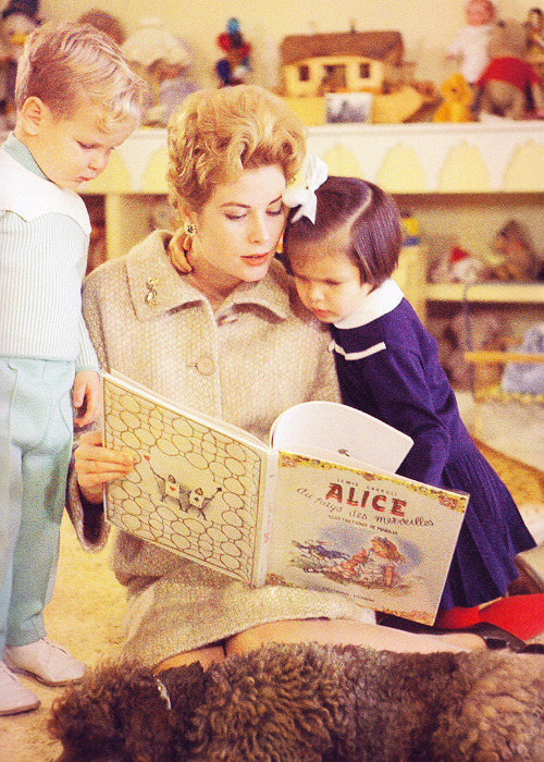 Grace Kelly reading to Caroline and Albert. Photographed by Howell Conant.