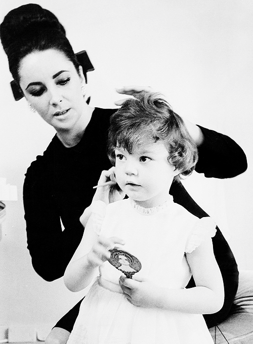 missavagardner:  Elizabeth Taylor with her daughter Maria Burton, 1964.