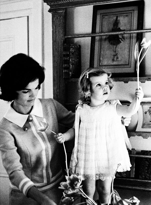missavagardner:  Jacqueline Kennedy with daughter Caroline Kennedy, photographed by Eve Arnold, 1960.