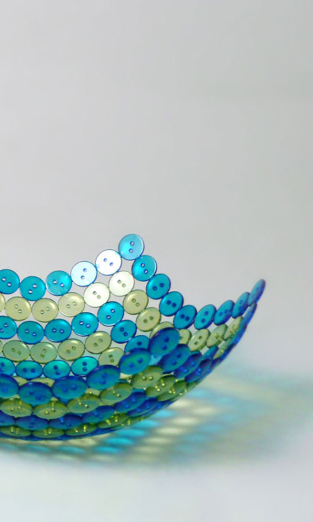 storagegeek:  DIY your own beautiful button bowl with some buttons, glue and a balloon. Gorgeous. design name: Knoop design by : iñigo cañedo