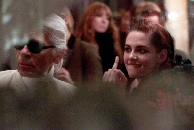 Ok, this photo of Kristen Stewart giving Karl Lagerfeld the finger is AMAZEBALLS.