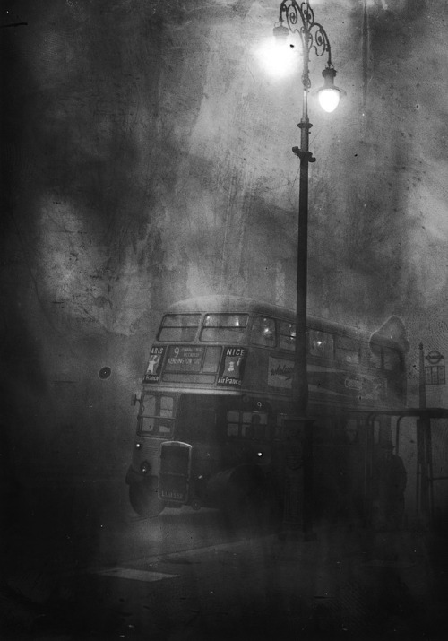 A London bus makes its way along Fleet Street in heavy smog, December 1952