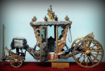A jewel box of an antique royal carriage.