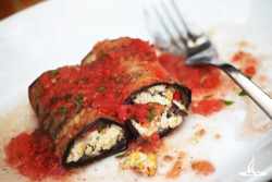 Eggplant a la Italiana: I have to say, I'm not a tofu fan but I love love love this little rolls. They're filled with tofu & veggies and come with a basil tomato sauce nomnomnom ;D