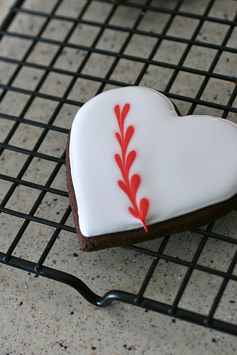 appleinmyheart:  Chocolate Sugar Cookies (and how to marble royal icing) click here for the recipe!