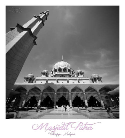 An Exterior Architechture of Masjidil Putra 1st February 2012 | Putrajaya, Malaysia Nikon D700 | Sigma 10-20mm | ISO200 | 20mm | f/11 - f/13 | 1/200s - 1/200s post processing:- 2 frames  vertorama stitching with The Panorama Factory & ACDSee Pro 5