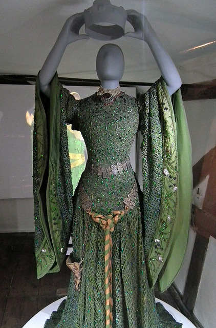 ebu-arts:  This fantastic beetle wing dress was worn by Ellen Terry to play Lady Macbeth. John Singer Sargent saw it in performance and immediately had to paint a rendition:   Wow…