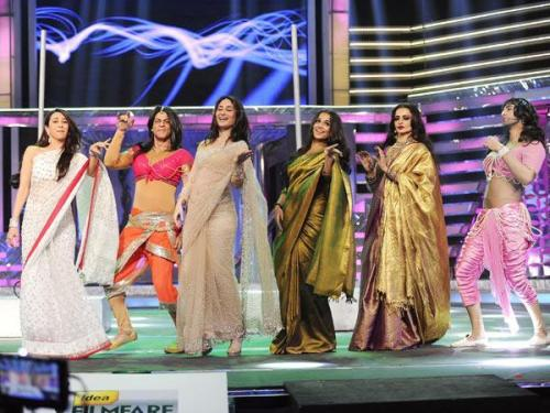 So many Bollywood divas in one stage. This doesn't happen that often.  Specially srkina and ranbira they rocked the stage.