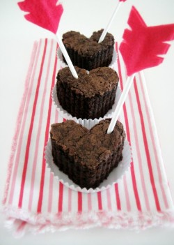 DIY Arrow Cupcake Toppers for Valentines Day is a cute little Cupid's arrow…A shot to the heart with some serious sweetness! Click here for tutorial!
