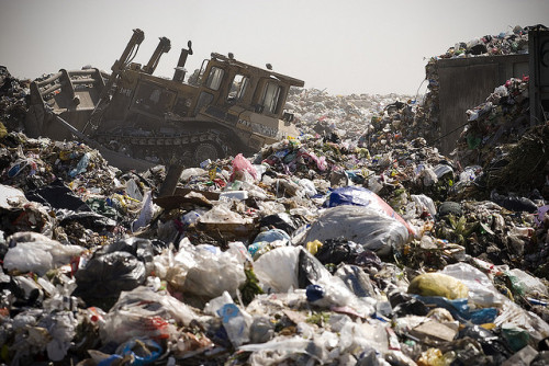 thisbigcity:  Mexico City's last landfill is full. Where can the trash go now? More on This Big City. 墨西哥市最後一座垃圾掩埋場已滿,垃圾之後該如何處置?全文請見《城事》。  What a shame