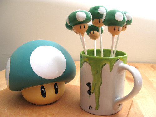 pwnlove:  All Super Bowl parties should be required to serve 1UP Cake Pops. 1UP Cake Pops by Raptor Toe Recipe and step-by-step instructions on her blog  BRILLIANT!
