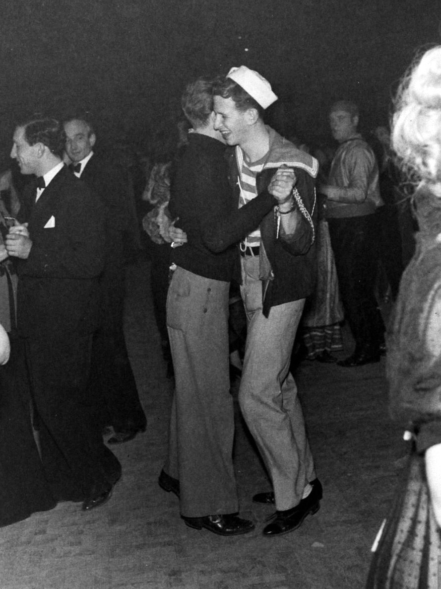 legrandcirque:  A gay couple dancing at the Chelsea Arts New Year's Eve Ball. Photograph by Tony Linck. London, January 1947.