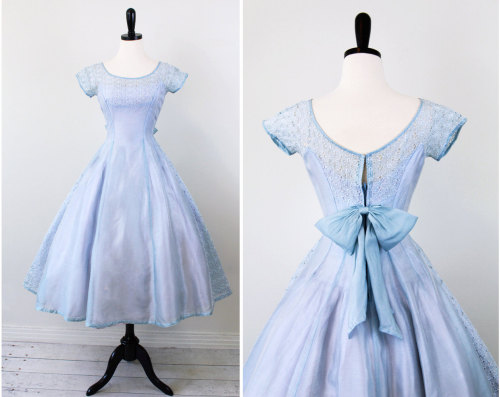 kathyoinspirations:  cupcakes and kittens! this is sweet! vintage 1950s dress @rococovintage on etsy