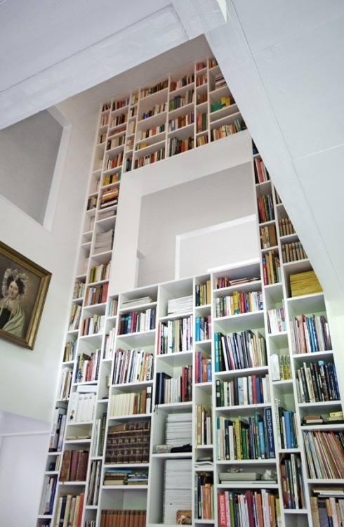 A towering library wall…. random sized rectangular bookshelves make for an interesting design (via KRAUS SCHÖNBERG ARCHITECTS)