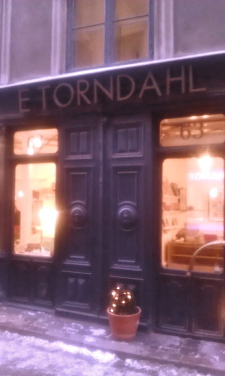 This tiny shop in Gamla Stan, Stockholm, E. Torndahl, sells great Scandinavian design, e.g. from Danish Muuto, Rie Elise Larsen ApS, ARCHITECTMADE etc. Amongst many (in my eyes) horrible tourist shops, this is a cozy and nice little must see.