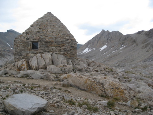 cabinporn:  Muir Trail Hut, at 12,059 feet, in the Sierra Nevada Mountains, California.  Built in 1930 by the Sierra Club of California.   Gorgeous!