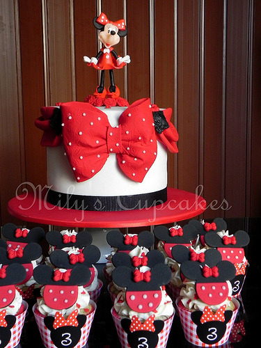 Minnie Mouse en rojo, negro y blanco (by Mily'sCupcakes)