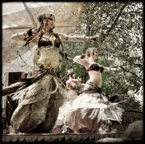 amalgamcoast:  Oregon Country Fair 2008 - Indigo Bellydance by SmilingMonk on Flickr.  One reason why I love living in Oregon.