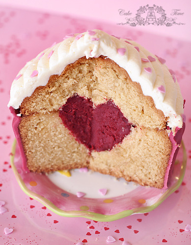 giant muffin cake with a heart center.  Ou peut être ça.