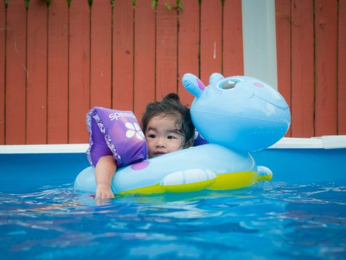 My niece likes to swim.