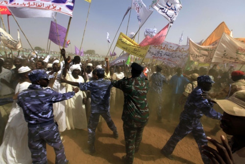 fotojournalismus:  Police hold back the crowd during a rally after Chad's President Idriss Deby and Sudan's President Omar Hassan al-Bashir launched the Darfur Regional Authority in El Fasher, February 8, 2012. [Credit : Mohamed Nureldin Abdallah/Reuters]