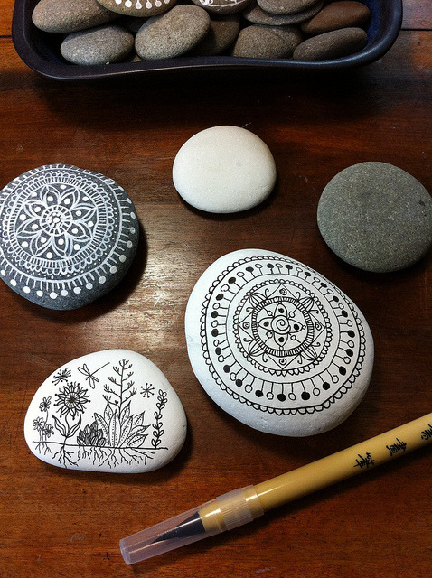 artschoolglasses:  Henna-like patterns painted on stones. Super pretty.